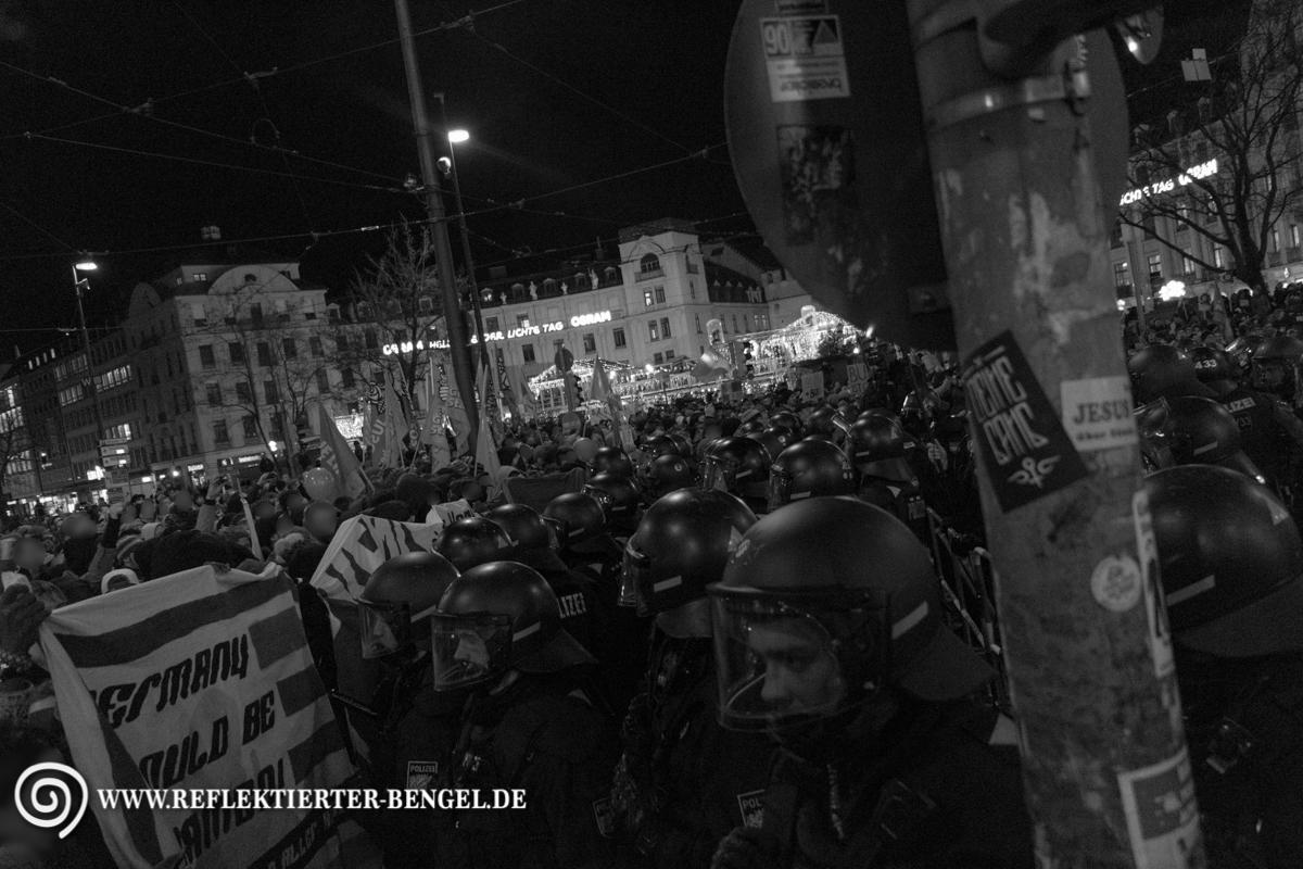Polizei und Gegendemonstrant*innen am Karlsplatz Stachus