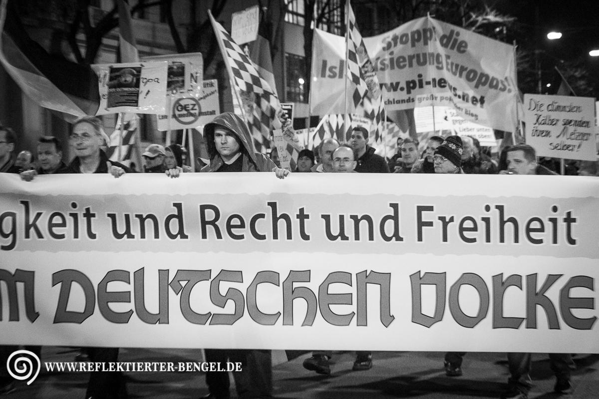 Das Neue Bagida Fronttransparent. Ganz Links marschiert Roland Wuttke (NPD Funktionär, Die Rechte, Der III. Weg)