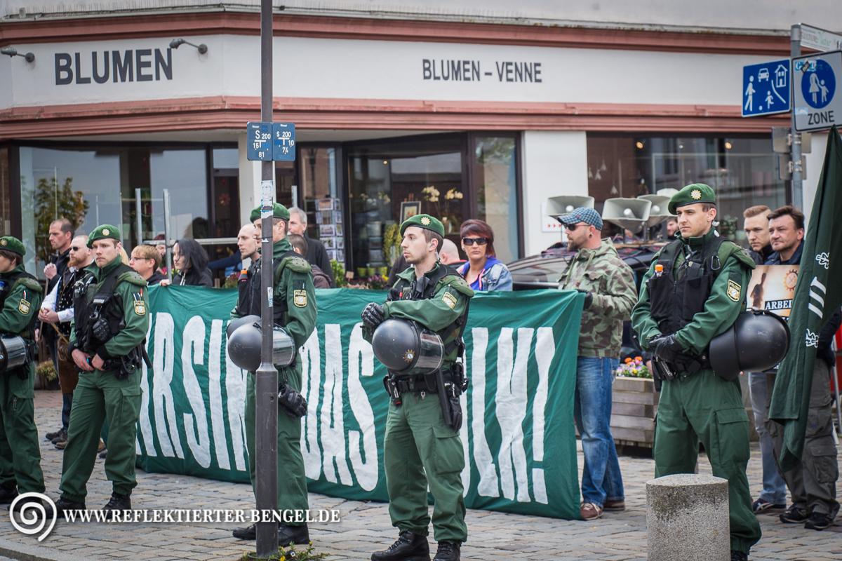 """Aktivist*innen des III. Wegs entrollten vor Ort ein Transparent mit der Aufschrift """"Wir sind das Volk"""""""