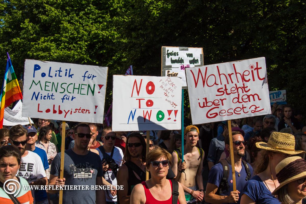Unter den Demonstranten waren auch einige Verschwörungstheoretiker