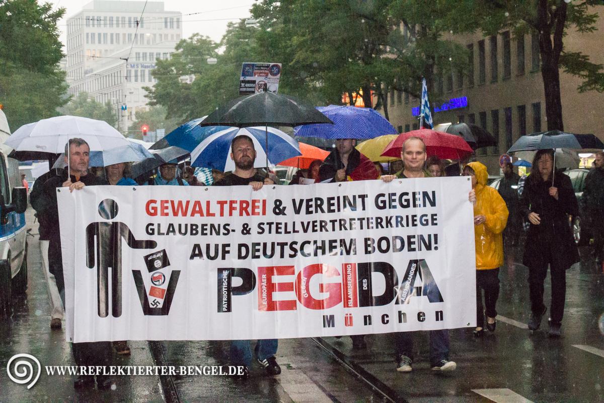 Rechts am Fronttransparent: Stefan Werner (Pro Deutschland früher NPD)