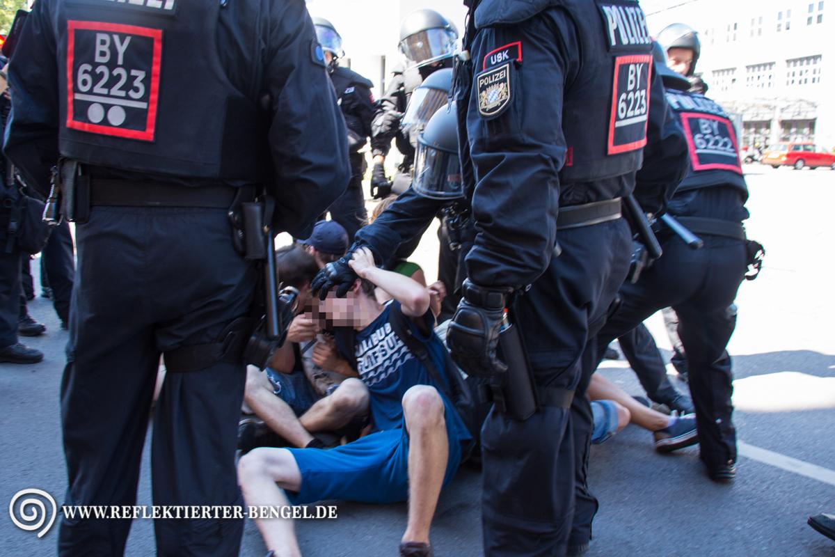 Die Polizei räumt eine Sitzblockade gewaltsam