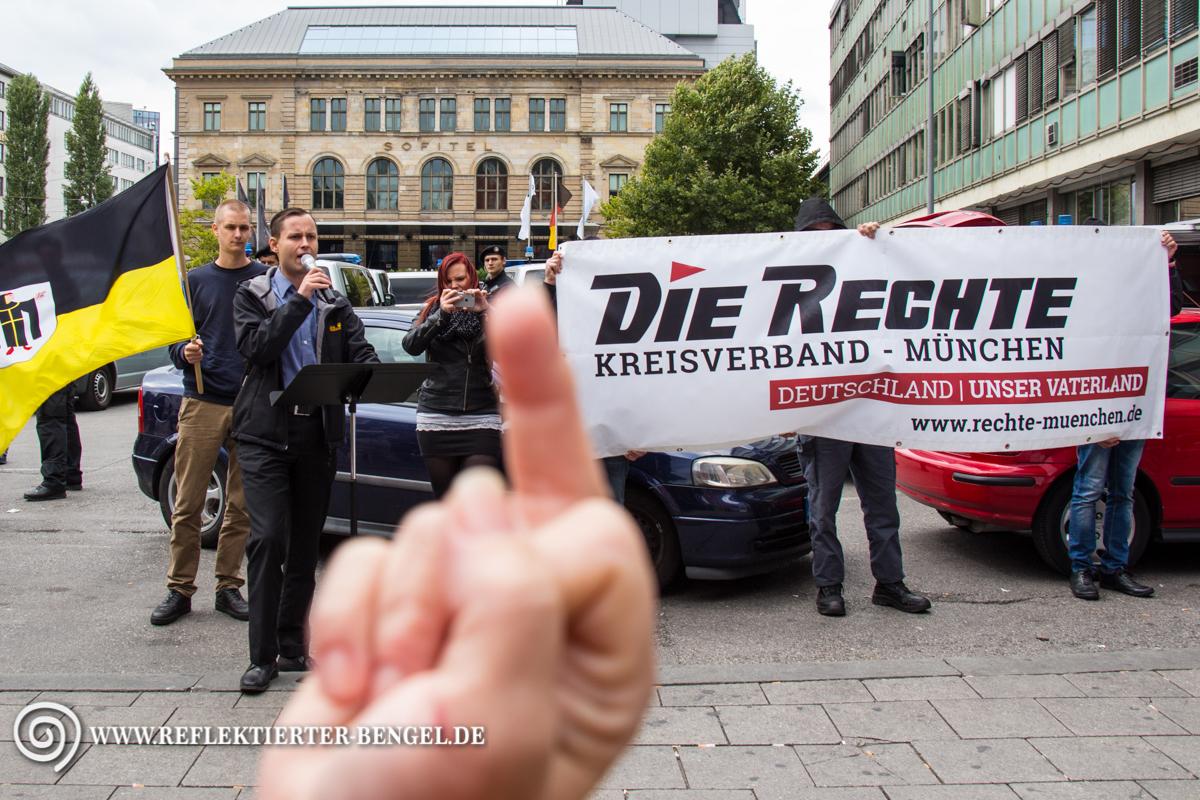 Klare Geste einer Gegendemonstrantin. Die Rechte ist in München nicht willkommen.