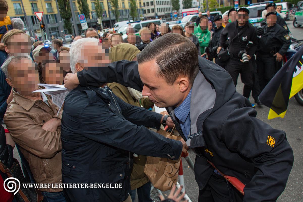 Phillip Hasselbach schlägt nach einem Gegendemonstranten