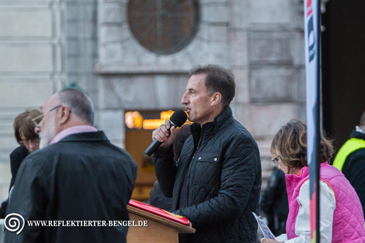 Heinz M. spricht bei der Pegida München Kundgebung am Odeonsplatz