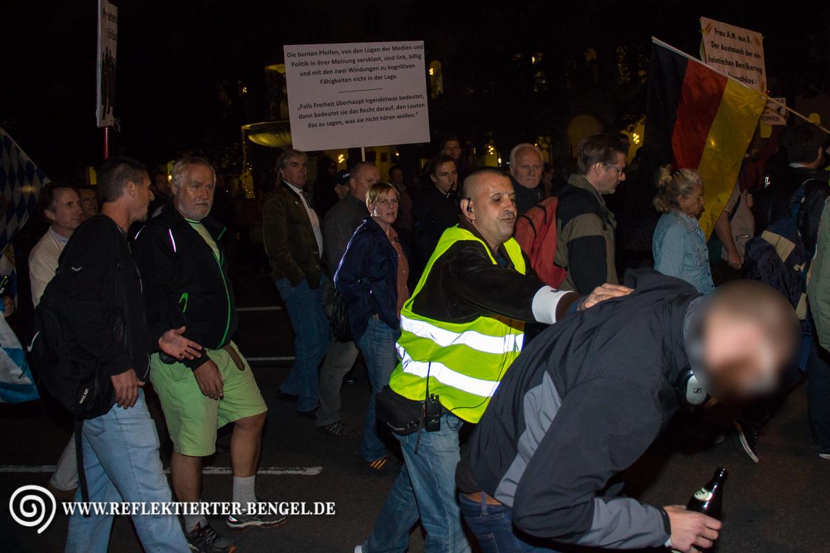 Pegida München Ordner stößt Gegendemonstranten zur Seite