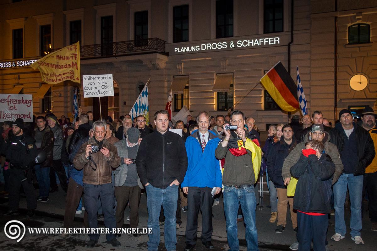 Pegida München Teilnehmer*innen beobachten die Kranzniederlegung am Platz der Opfer des Nationalsozialismus