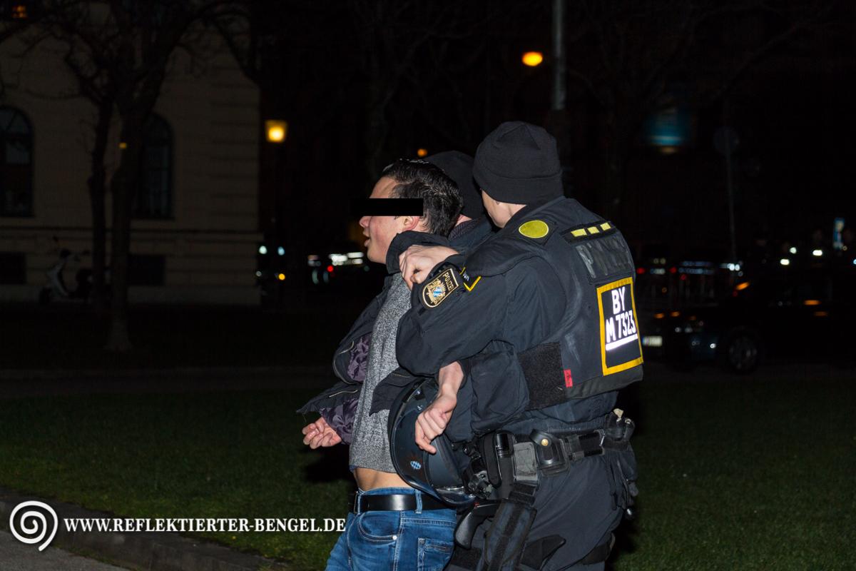 Ramazan S.(Umfeld türkischer Nationalisten/Graue Wölfe) wird von der Polizei abgeführt