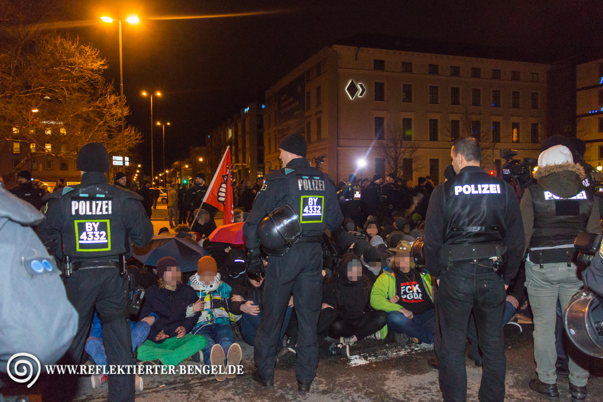 Sitzblockade am Platz der Opfer des Nationalsozialismus/ Oskar von Miller Ring
