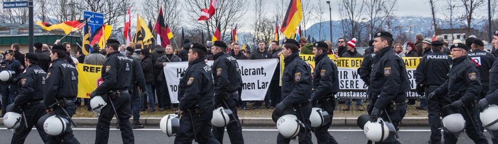 Rechte Grenzschützer*innen demonstrieren durch Freilassing