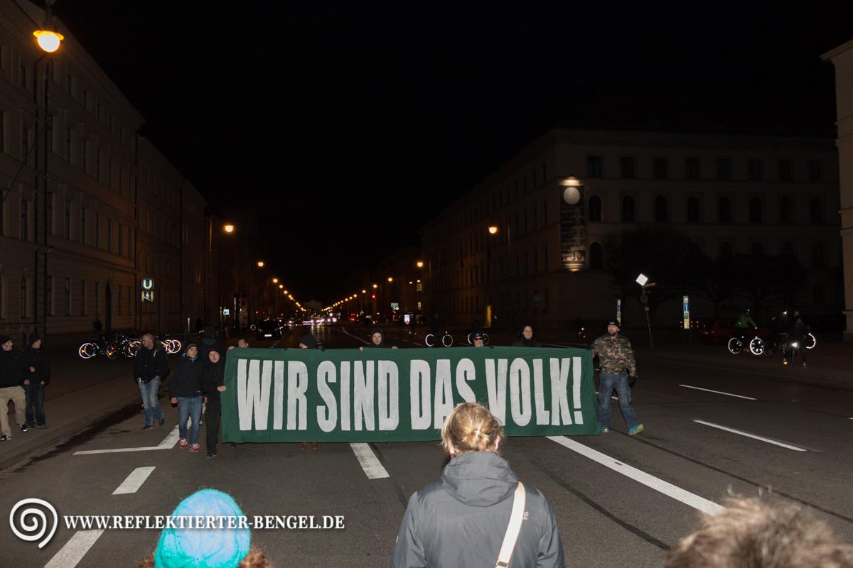 """Neonazis der rechtsextremen Partei """"Der III. Weg"""" ziehen mit ihrem Transparent die Ludwigstraße entlang"""