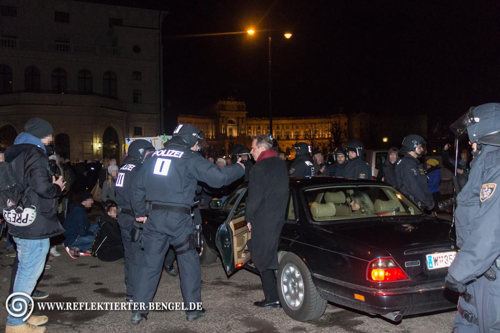 Ein Ballgast echauffiert sich über die Demonstrant*innen die sein Auto blockieren