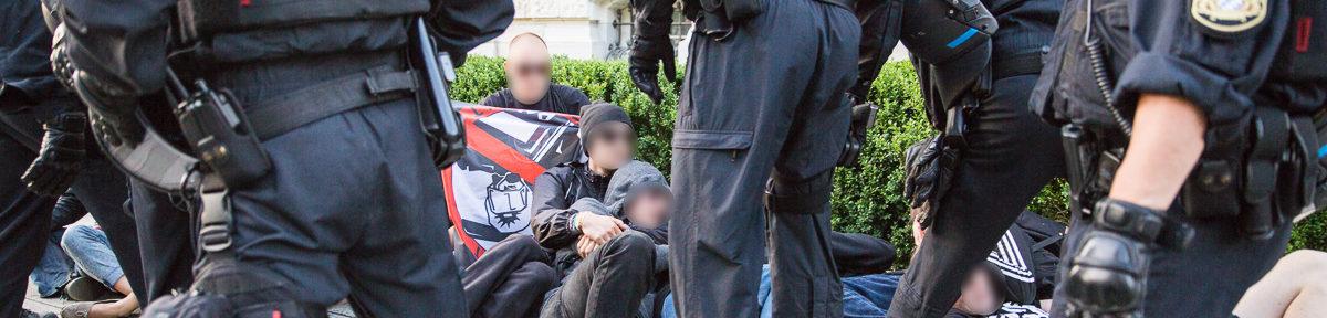 Polizei setzt Pegida Demo gewaltsam durch