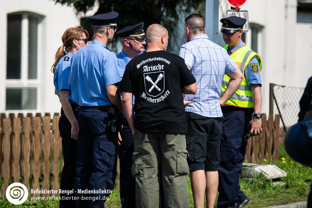 Sicherheitsdient der Arischen Bruderschaft mit dem verbotenen T-Shirt Motiv beim Schild und Schwert Festival in Ostritz - Reflektierter Bengel