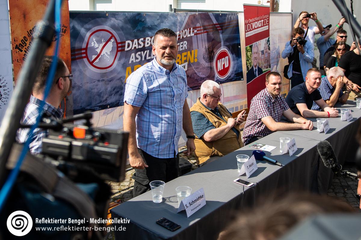 Thorsten Heise, Hans-Peter Fischer, Udo Voigt, Sascha Krolzig, Jens Baur während der Pressekonferenz auf dem Schild und Schwert Festival in Ostritz - Reflektierter Bengel
