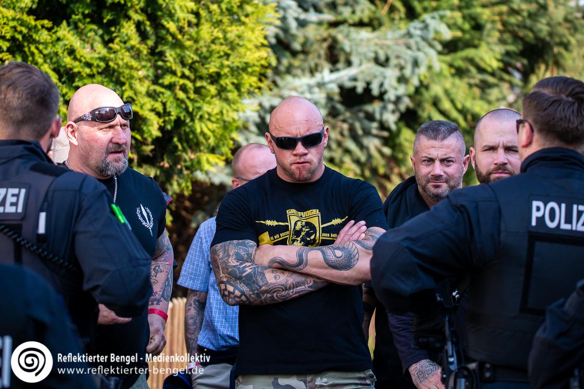 Personen aus dem Umfeld der Identitären Bewegung Österreich beim Schild und Schwert Festival in Ostritz - Reflektierter Bengel