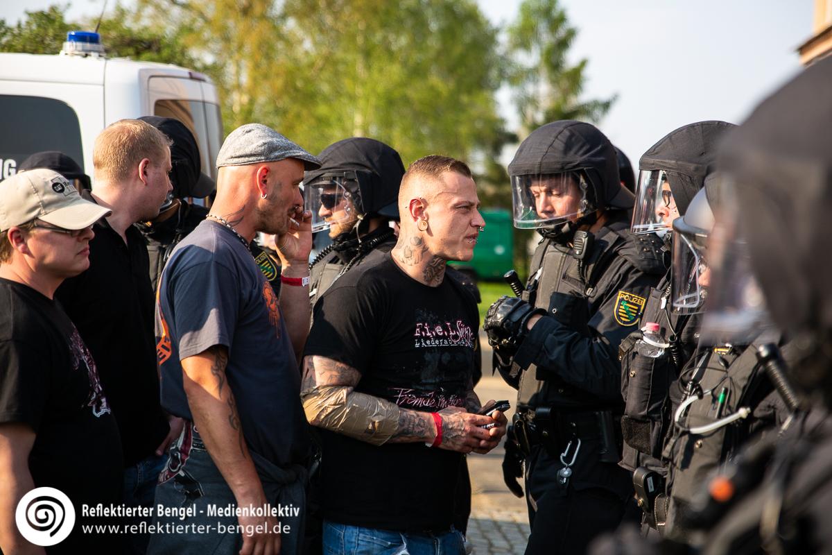Die Polizei kontrolliert Besucher desSchild und Schwert Festivals in Ostritz - Reflektierter Bengel