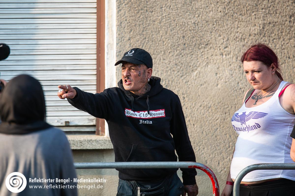 Besucher des Schild und Schwert Festivals in Ostritz mit Blood and Honour Kleidung - Reflektierter Bengel