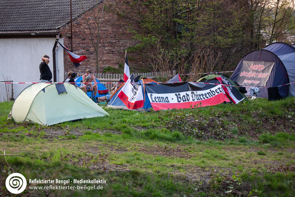 Zelte und schwarz-weiß-rote Fahnen auf dem Schild und Schwert Festival in Ostritz - Reflektierter Bengel